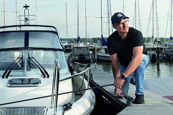 Laatutakuu-yrittäjä Kim Fogelberg rentoutuu vesillä