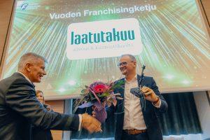 Franchisingyhdistyksen toiminnanjohtaja Juha Vastamäki luovutti Vuoden parhaan franchisingketjun kiertopalkinnon Henri Häyriselle.